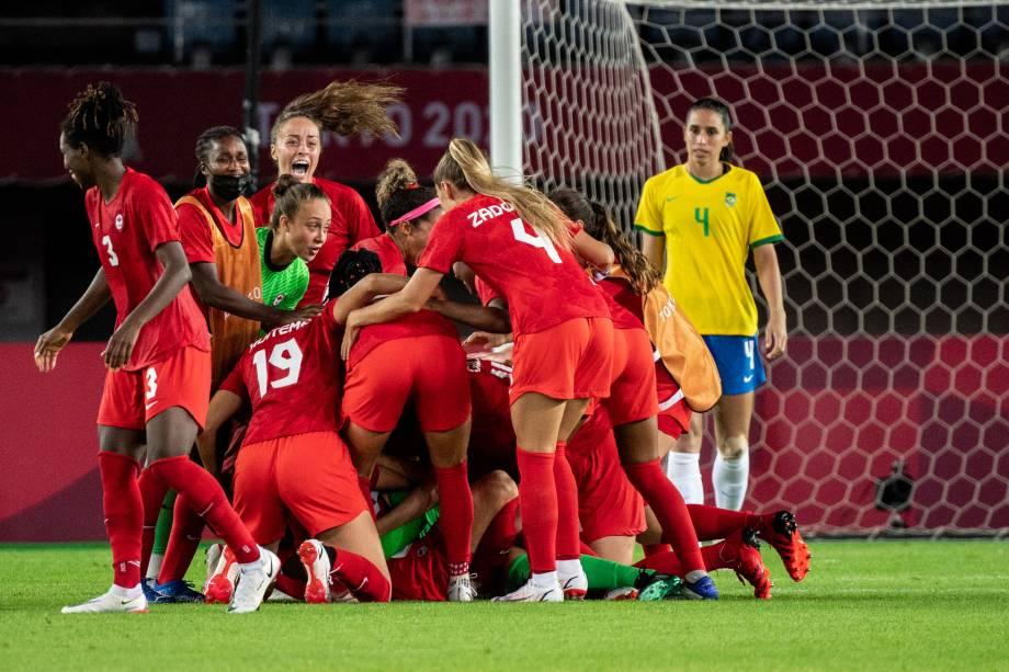 Jogadoras do Canadá comemoram classificação sobre o Brasil nos pênaltis -