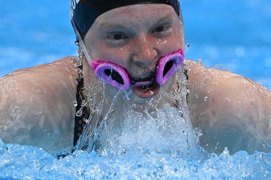 Lydia Jacoby, dos Estados Unidos, com os óculos de natação na boca durante prova -