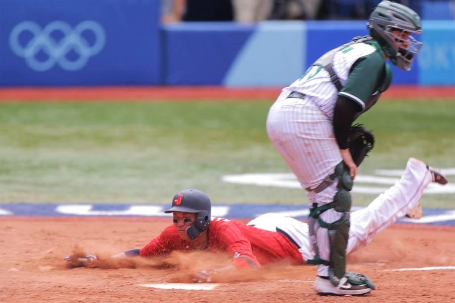 Jogadores de Japão e México em ação durante partida no beisebol -