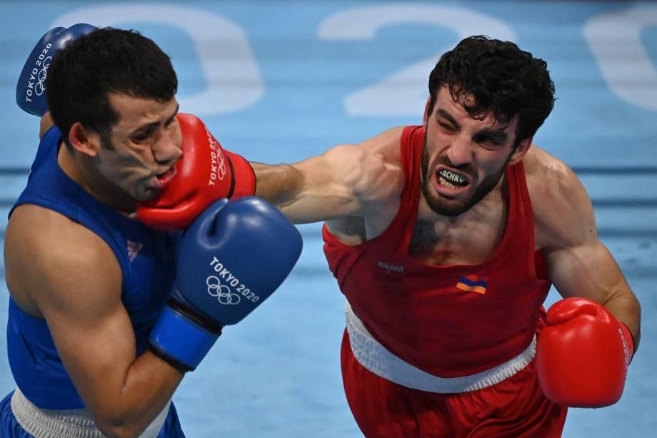 Hovhannes Bachkov, da Armênia, desferindo soco no rosto de Javid Chalabiyev, do Azerbaijão -