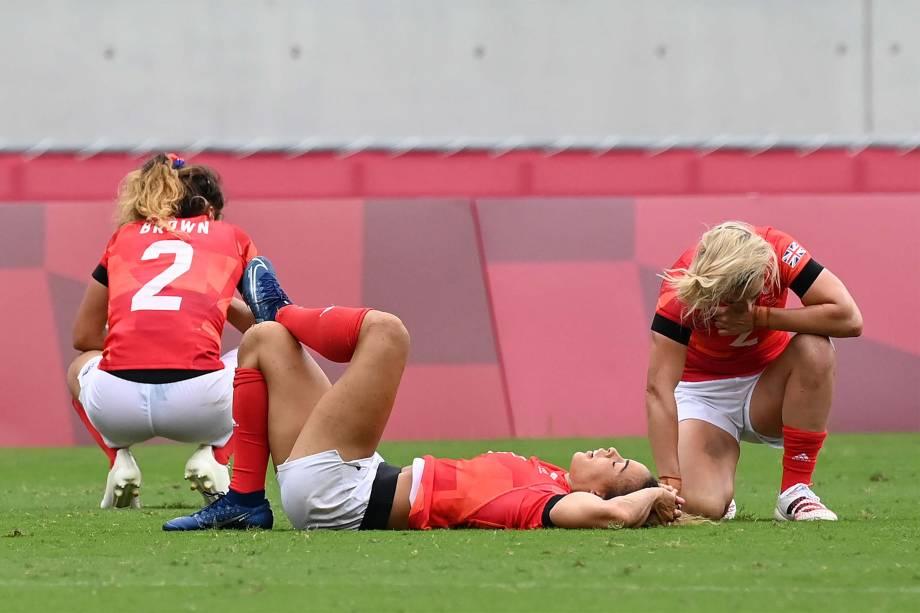 Jogadoras britânicas lamentam após perda de partida pelo rúgbi -
