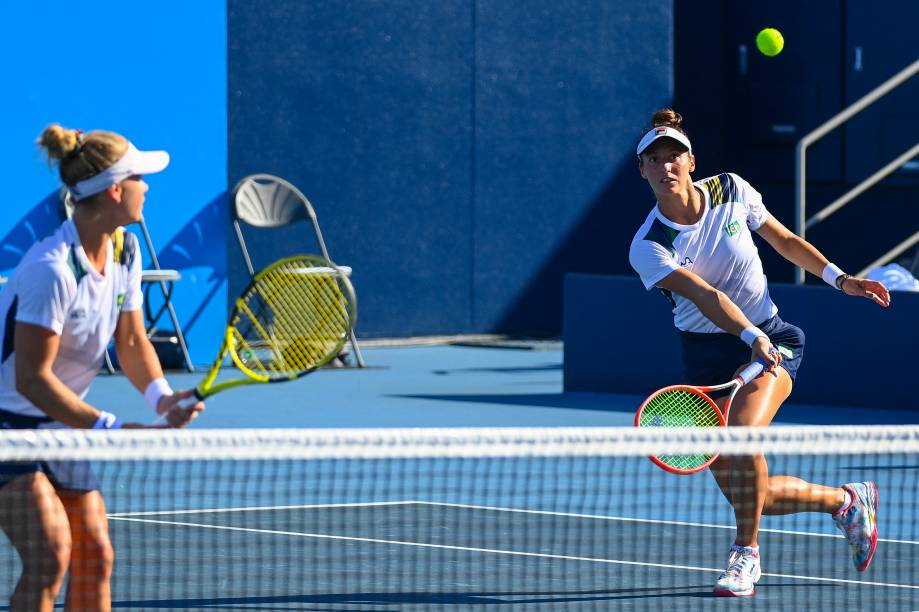 Luisa Stefani em ação durante a partida contra as russas -