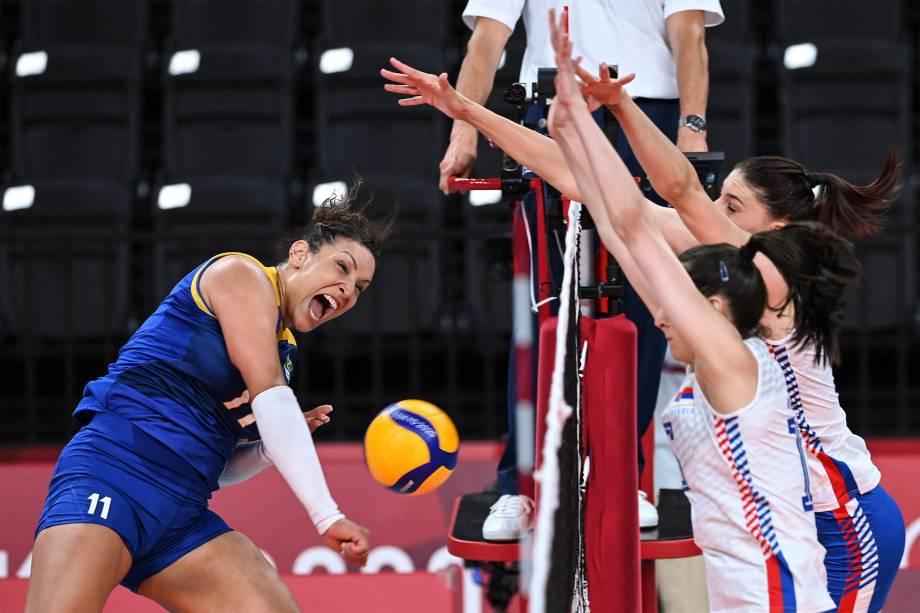 Tandara, do Brasil, em ação durante partida de vôlei contra a Sérvia -
