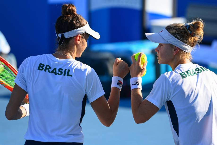 As brasileiras Luisa Stefani e Laura Pigossi juntas durante a partida -