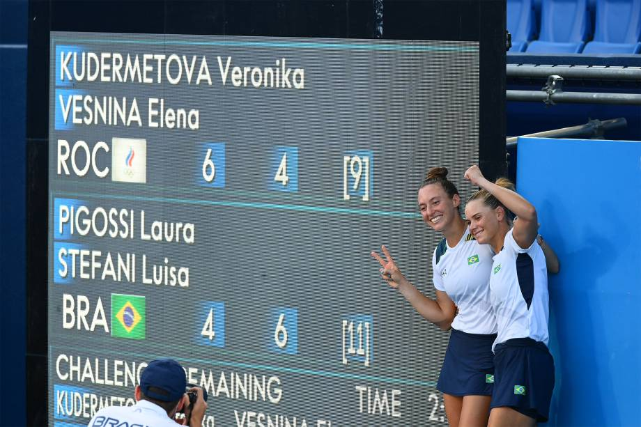 As brasileiras Luisa Stefani e Laura Pigossi posam para foto após conquistarem medalha de bronze no tênis em duplas -