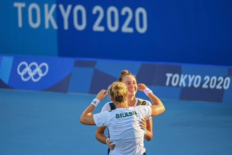 As brasileiras Luisa Stefani e Laura Pigossi comemoram após vencerem a partida -