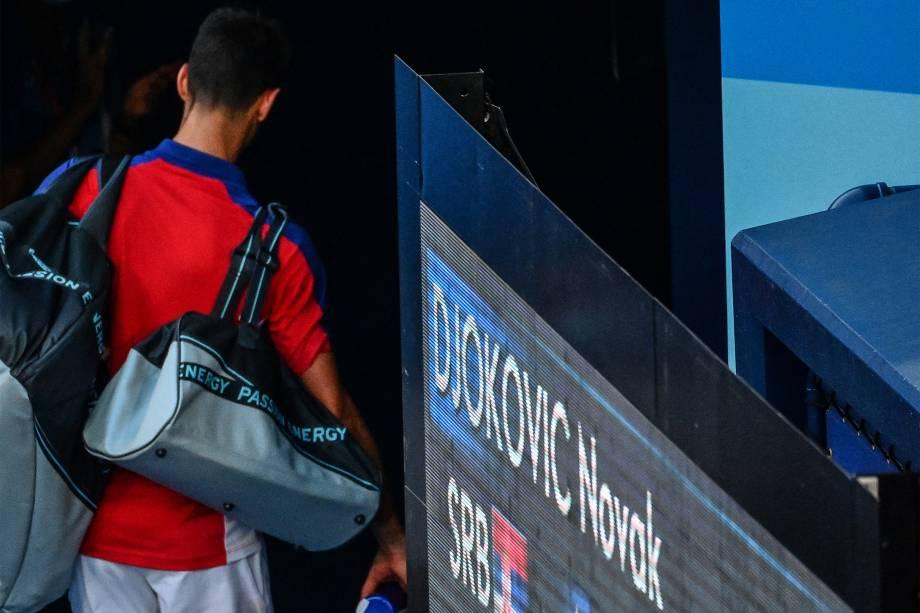 O tenista Novak Djokovic, da Sérvia, deixa a quadra após perder para o espanhol Pablo Carreno Busta -