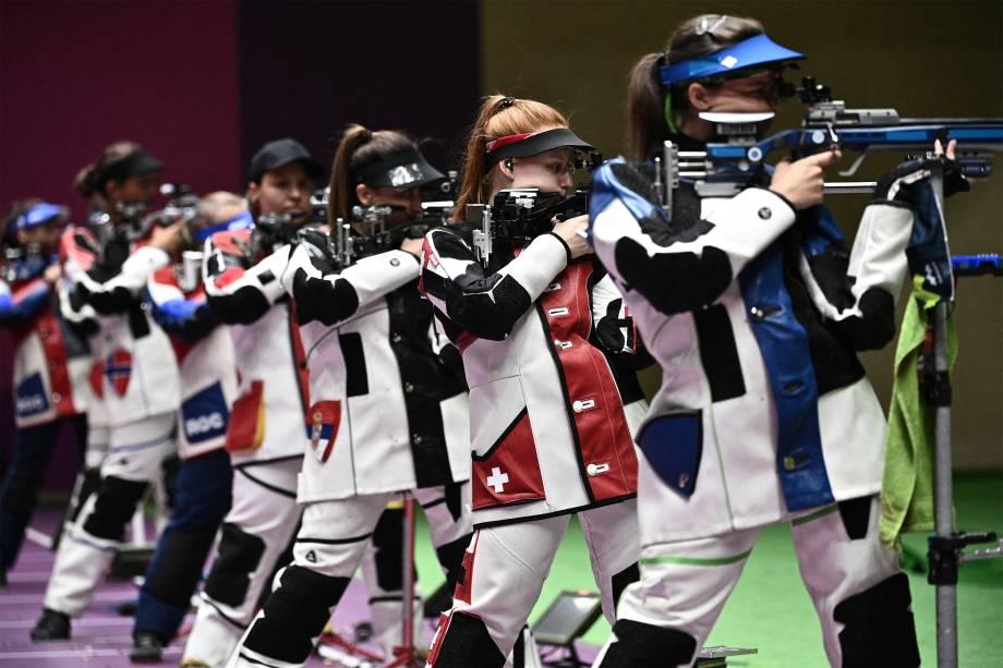 Participantes durante a prova de tiro esportivo com carabina em 3 posições -
