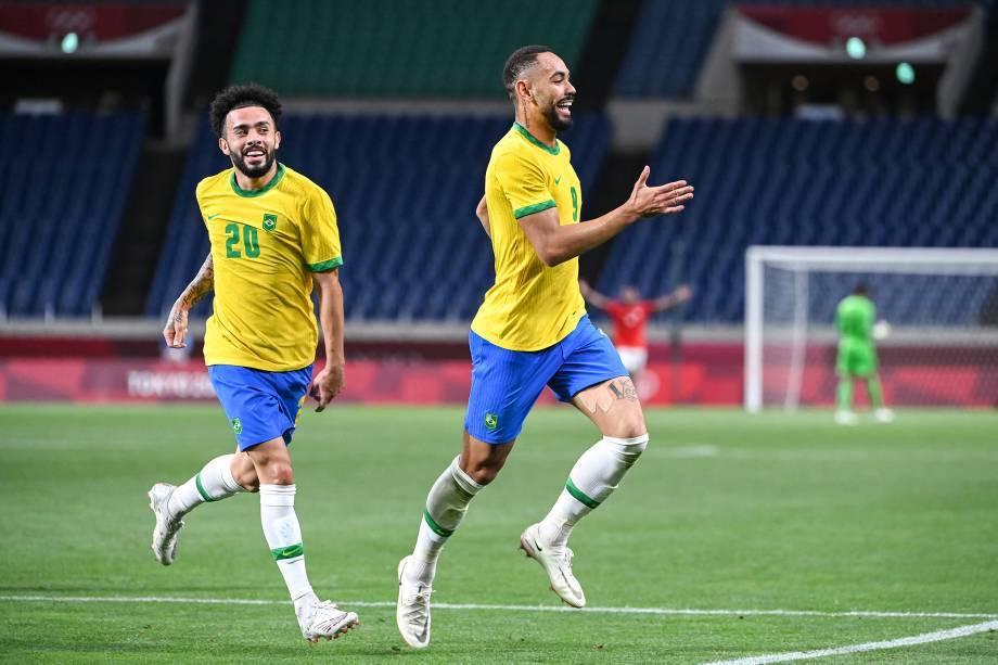 Claudinho e Matheus Cunha comemorando o gol brasileiro na partida -