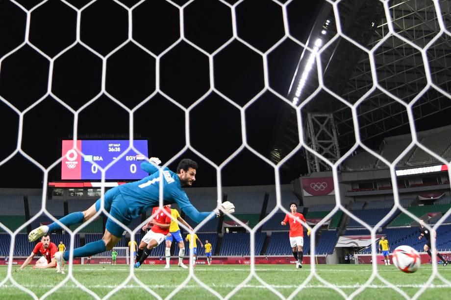O goleiro egípcio Mohamed Elshenawy durante gol sofrido em partida contra o Brasil -