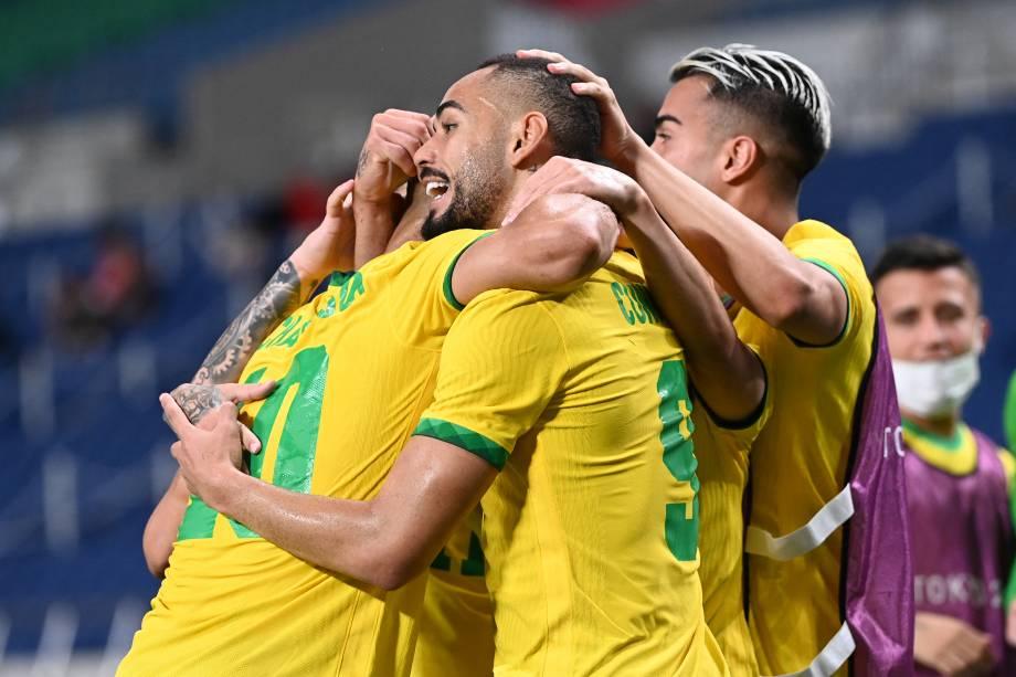 O atacante brasileiro Matheus Cunha comemora com seus companheiros após marcar o gol do jogo -