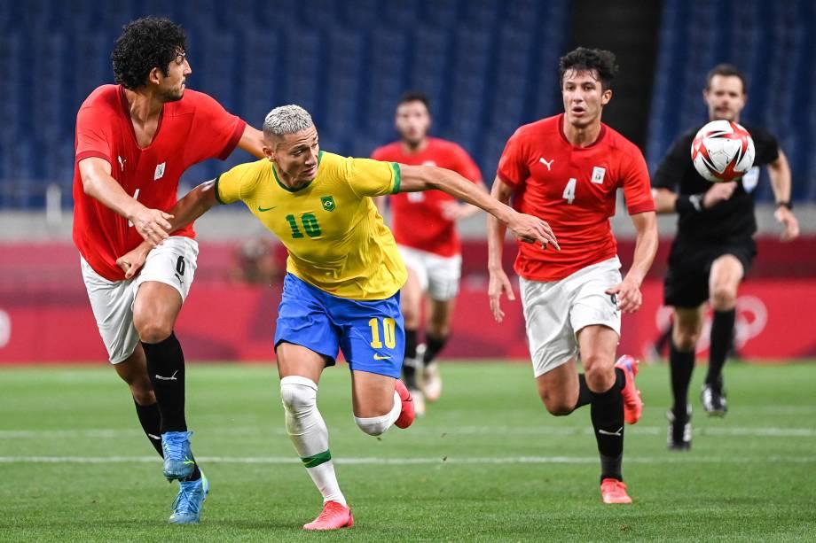 Richarlison em disputa de bola com os defensores do Egito durante o jogo -