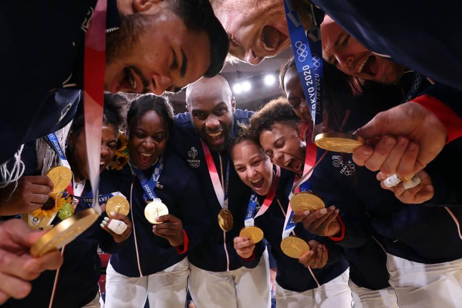 Time de judô da França comemora a medalha de ouro na categoria por equipes -
