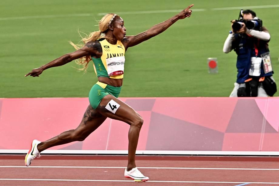 A atleta Elaine Thompson-Herah em ação durante a prova dos 100m rasos -