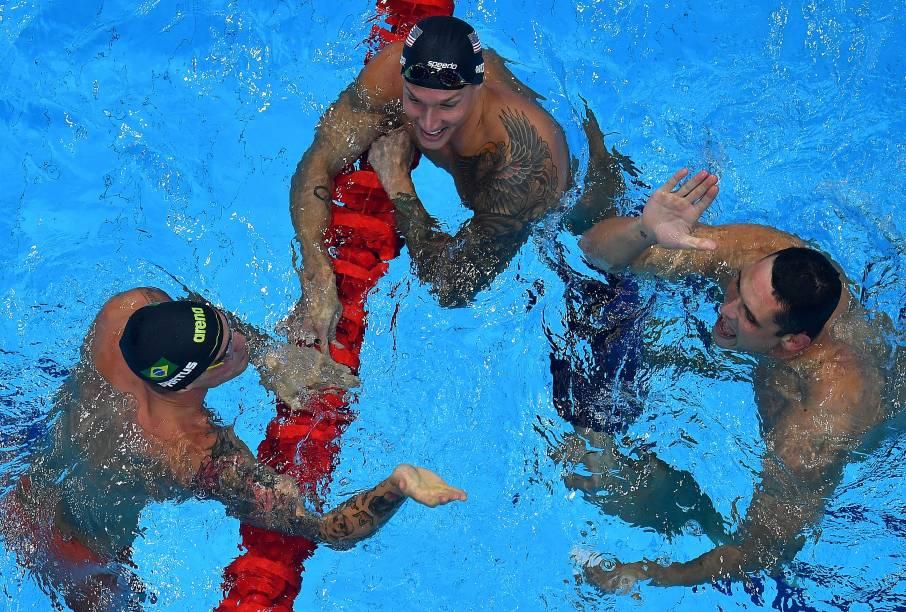 Bruno Fratus, Caeleb Dressel e Florent Manaudou comemoram após o resultado final da prova -