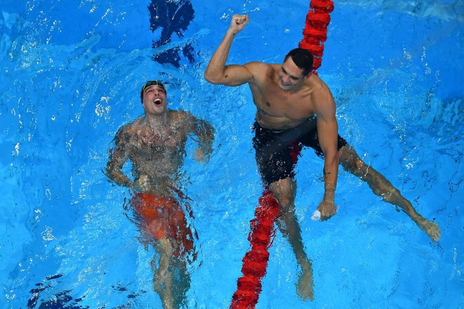 O brasileiro Bruno Fratus e o francês Florent Manaudou festejam na piscina após o fim da prova -