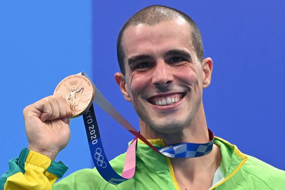 Bruno Fratus exibindo sua medalha de bronze conquistada -