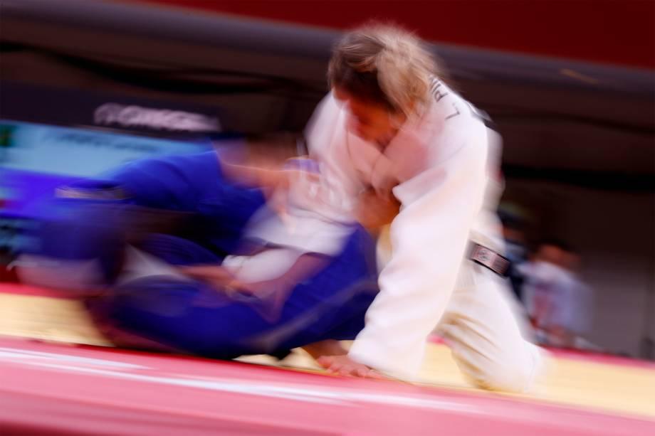 Agata Perenc (direita), da Polônia, em luta com Larissa Pimenta, do Brasil, na rodada eliminatória do judô feminino -