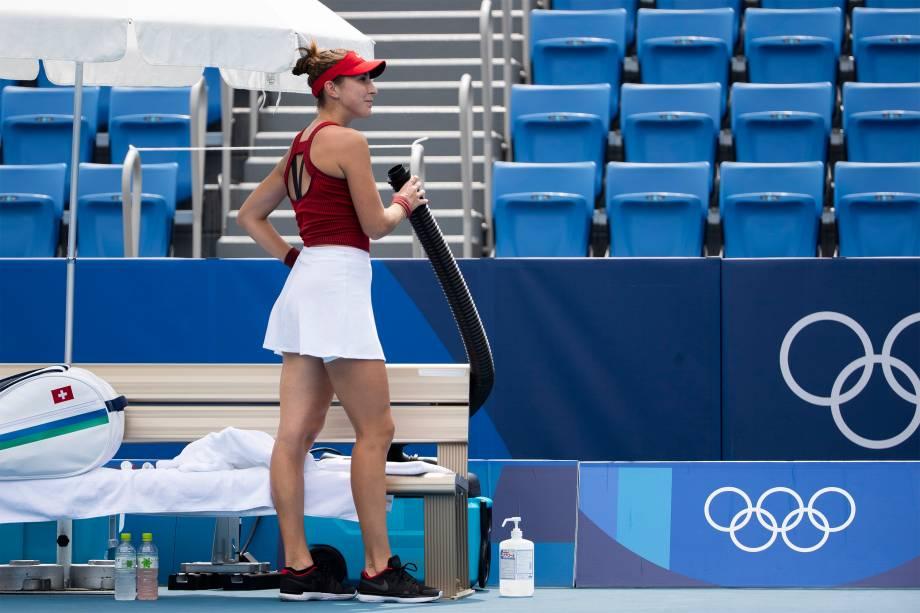 Belinda Bencic, da Suíça, recebe ar fresco de um tubo durante partida de tênis contra Misaki Doi, do Japão -