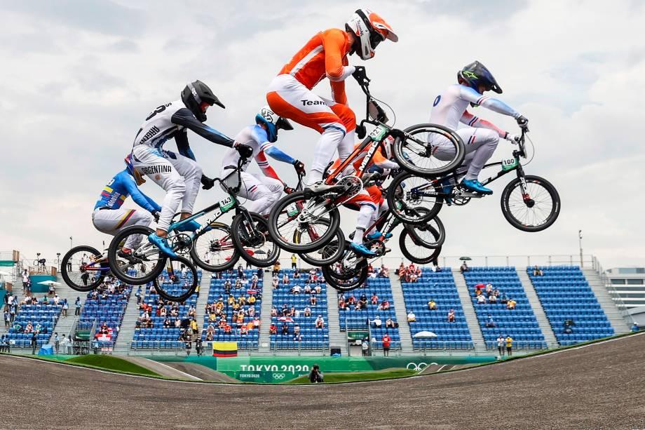 Pilotos em ação durante corrida de ciclismo BMX -