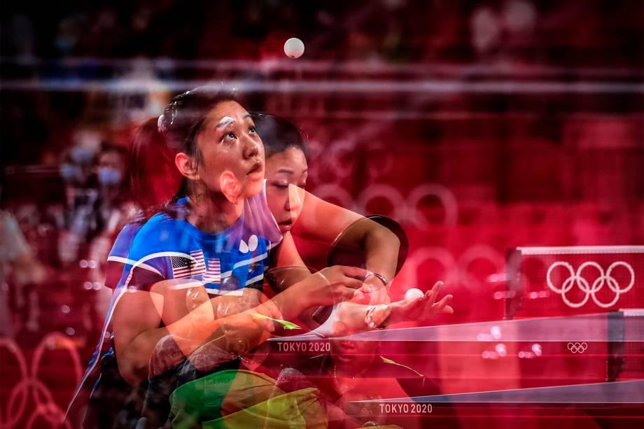 Lily Zhang, dos Estados Unidos, joga contra Offiong Edem, da Nigéria, em partida de tênis de mesa -