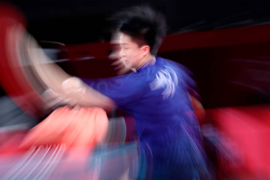Lin Yun Ju, de Taiwan, em partida contra Fan Zhendong, da China, nas semifinais do tênis de mesa -