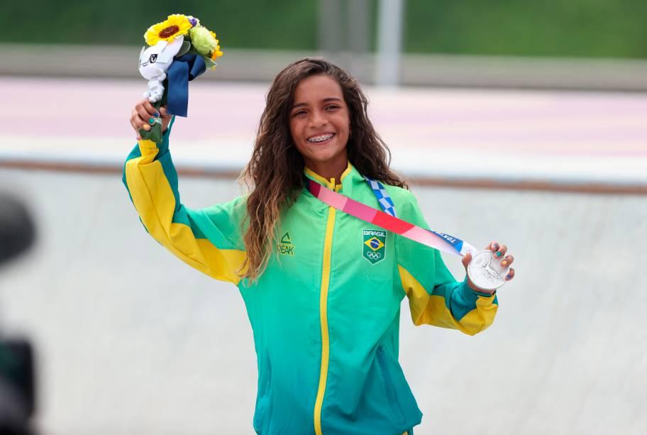 Rayssa Leal com sua medalha de prata conquistada em Tóquio -