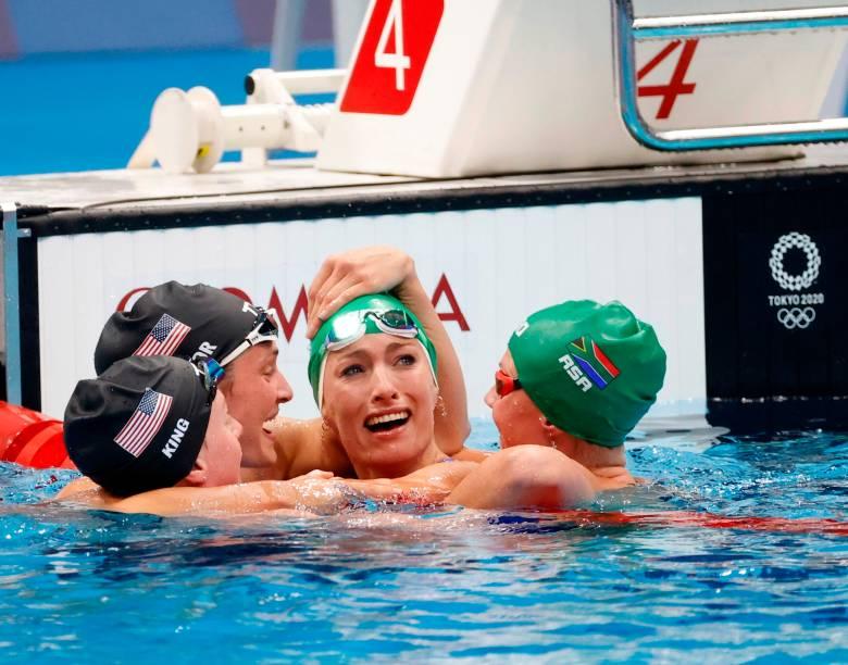 Tatjana Schoenmaker, da África do Sul, é parabenizada pelas adversárias ao bater recorde na natação -