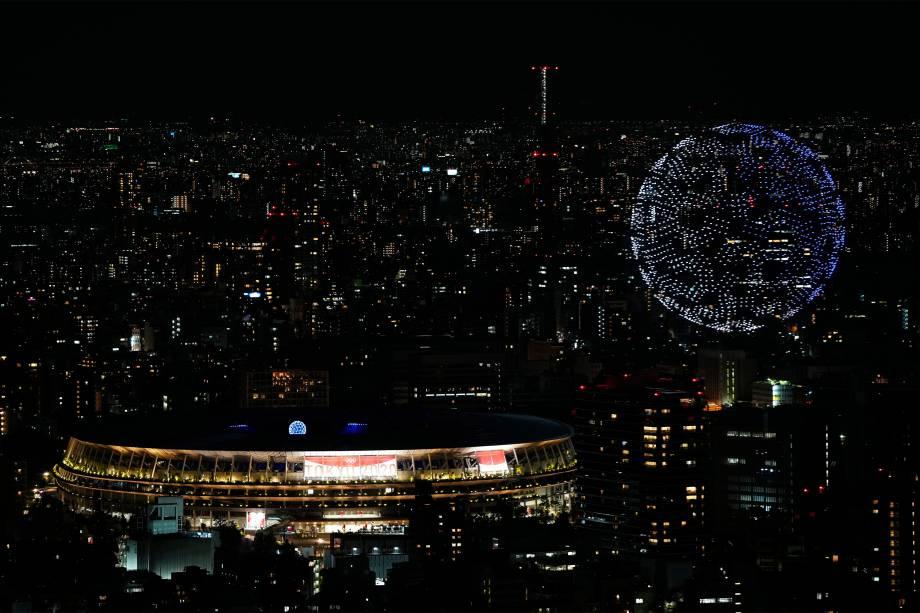 Drones formam um globo sobre o Estádio Olímpico durante a cerimônia de abertura das Olimpíadas 2020, em Tóquio -