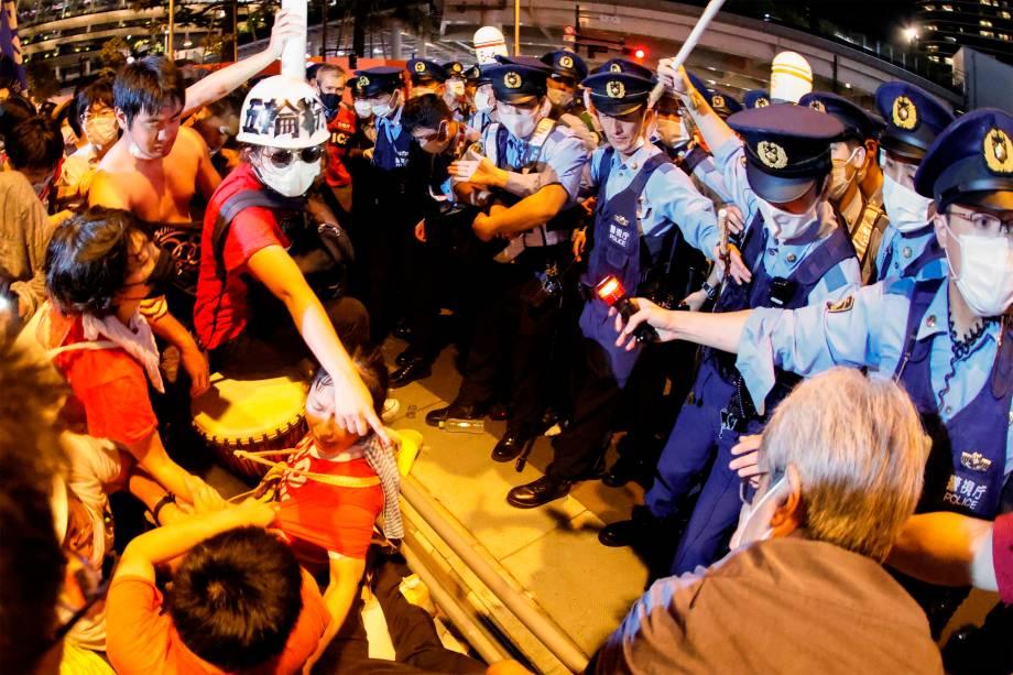 Manifestantes enfrentam policiais durante protesto contra as Olimpíadas 2020 em frente ao Estádio Olímpico, Tóquio, durante a cerimônia de abertura dos Jogos -