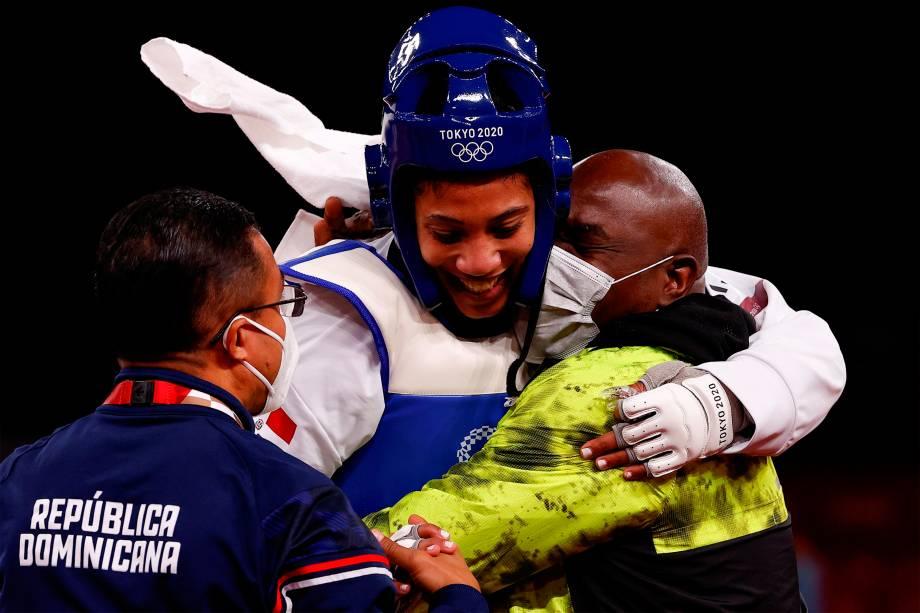 Katherine Rodríguez, da República Dominicana, comemora após vencer por pontos Nafia Kus, da Turquia -