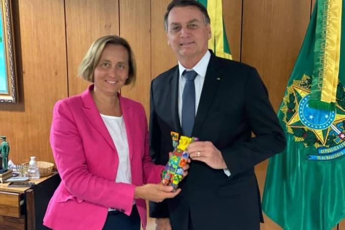 A deputada alemã Beatrix von Storch posa para foto com o presidente Jair Bolsonaro, no Palácio do Planalto