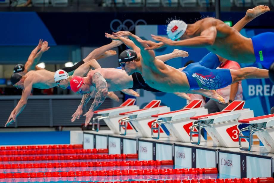 Nadadores durante largada na modalidade de 100 metros peito masculino, no Centro Aquático de Tóquio, no Japão -