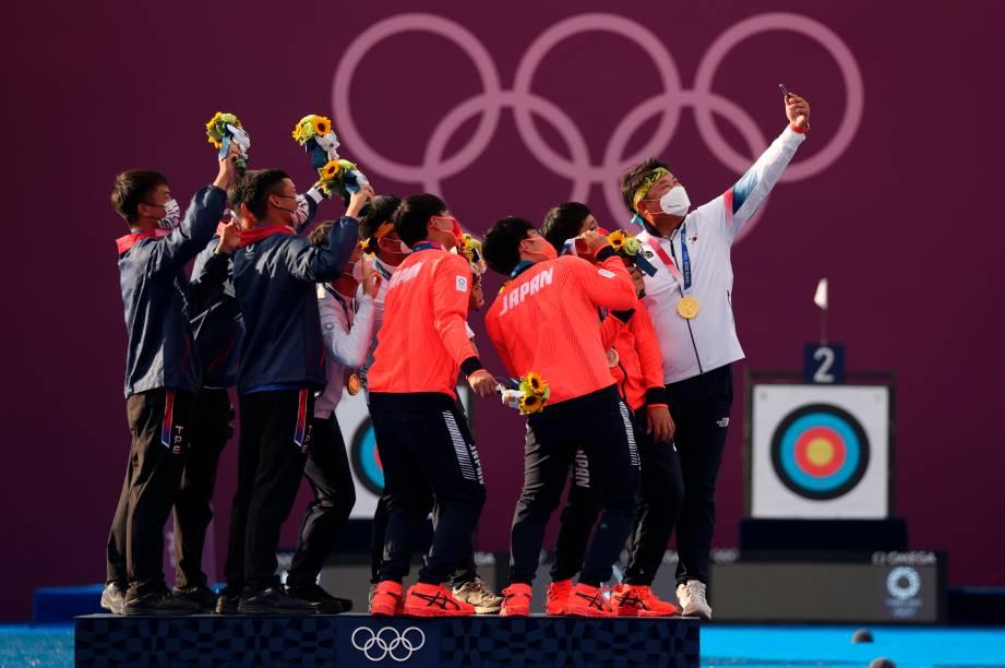 Medalhista da equipe da Coreia do Sul, Taiwan e Japão tiram selfie após final da prova de tiro com arco -