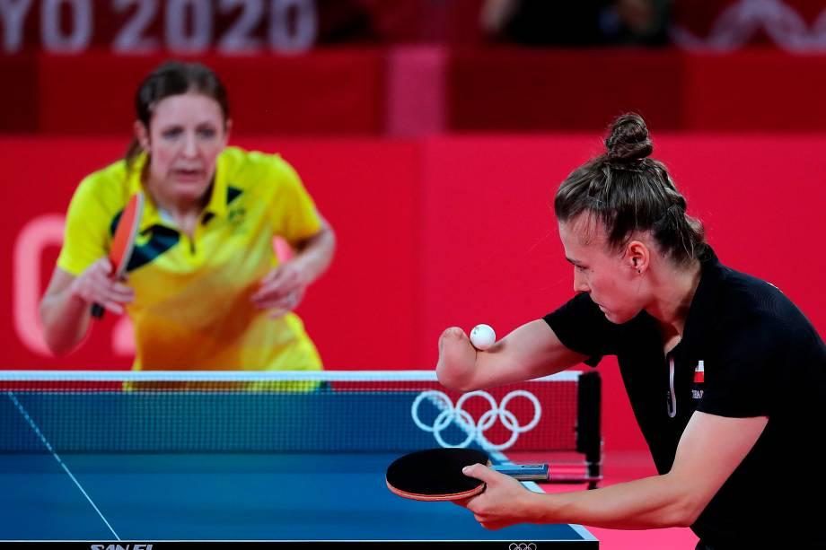 Natalia Partyka, da Polônia, em ação no tênis de mesa contra Michelle Bromley, da Austrália -