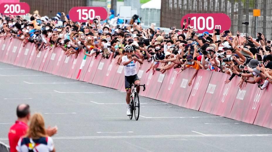 Público acompanhando Richard Carapaz, do Equador, vencendo a corrida no ciclismo de estrada, em Oyama -