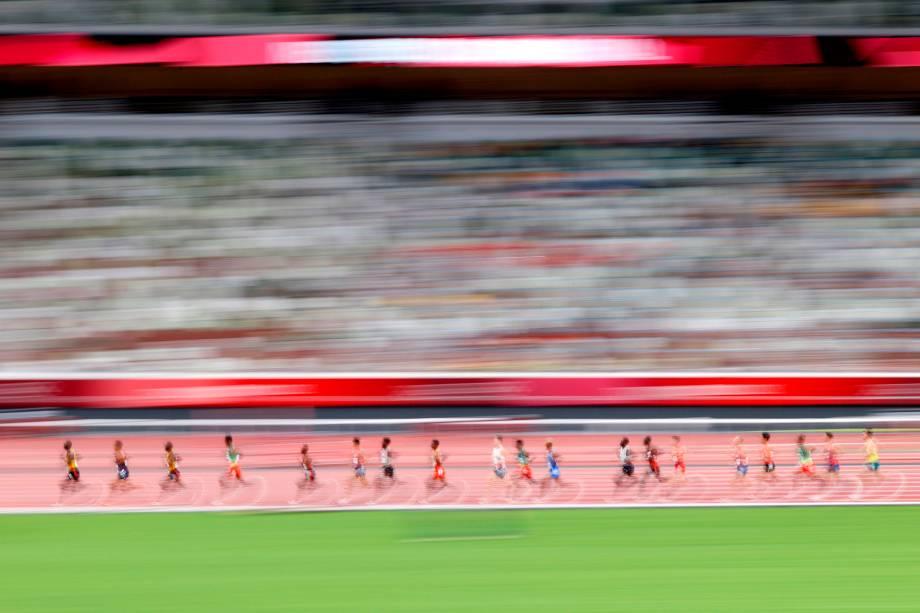 Corredores competindo durante prova dos 10.000m no atletismo -