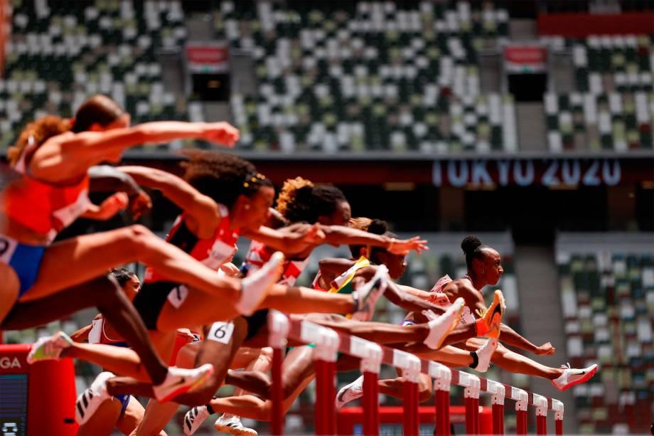 Competidoras durante as eliminatórias de 100m com obstáculos -