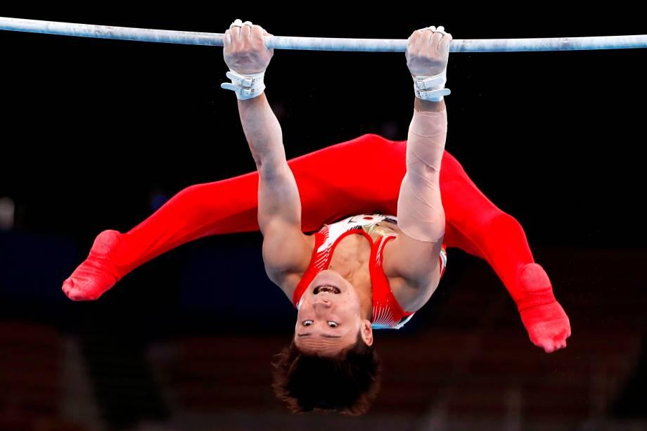 Takeru Kitazono do Japão, durante seu exercício de barra horizontal -
