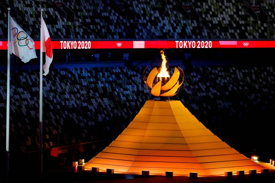 Vista da Pira Olímpica acesa durante a cerimônia de abertura dos Jogos Olímpicos de Tóquio 2020 -