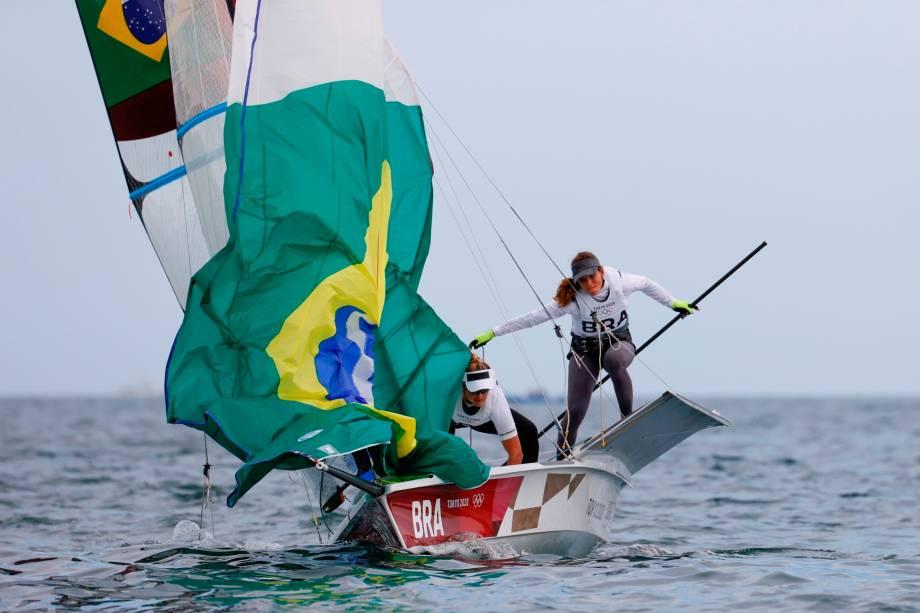 Martine Grael e Kahena Kunze, do Brasil, durante disputa da classe 49erFX na vela -