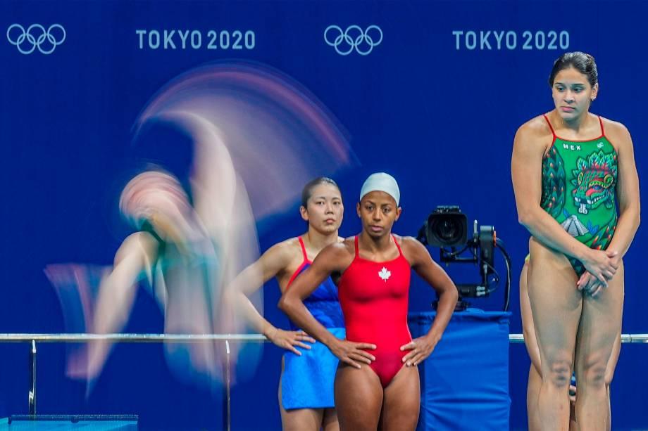 Atletas em treino para a competição de mergulho, no Tokyo Aquatics Centre -