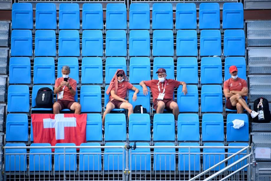 Membros da delegação da Suíça acompanhando partida de tênis -