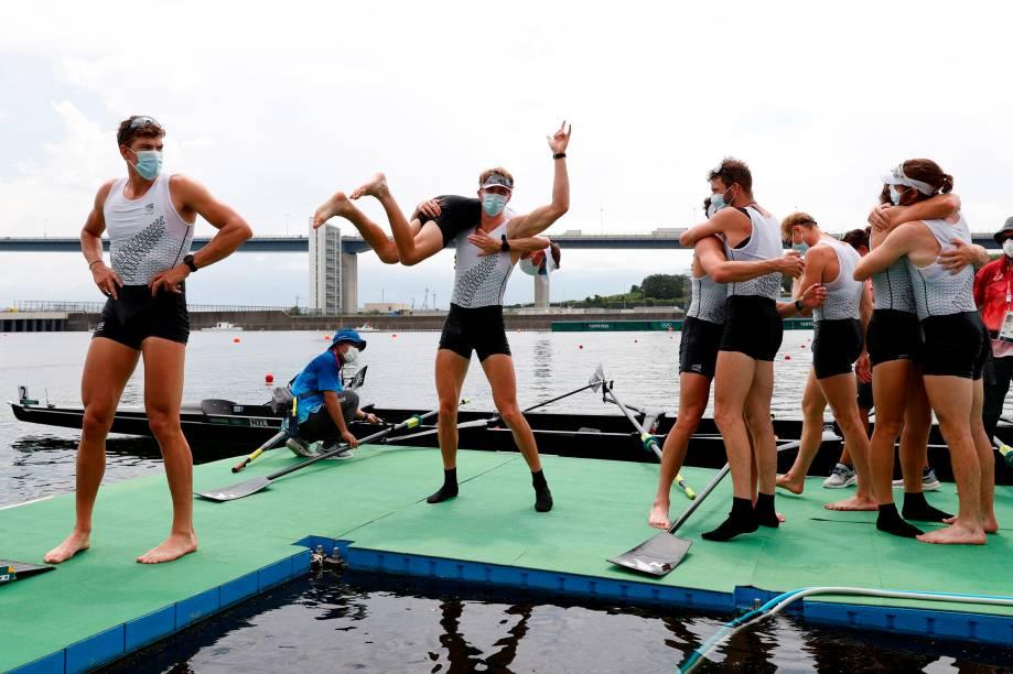 Equipe da Nova Zelândia comemora medalha de ouro no remo -