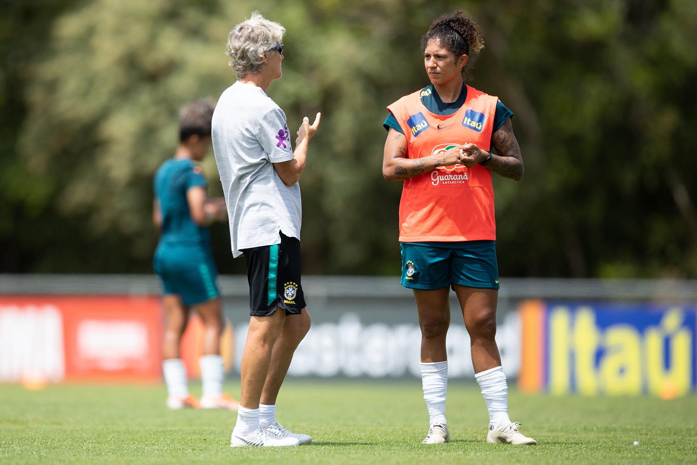 Pia Sundhage e Cristiane durante conversa em treino pela seleção brasileira em janeiro -