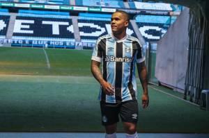 Douglas Costa em sua apresentação no Grêmio -
