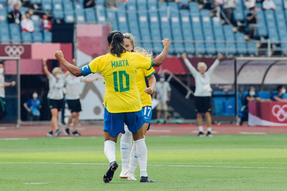 Marta e Debinha comemoram gol do Brasil na partida de estréia contra a China -