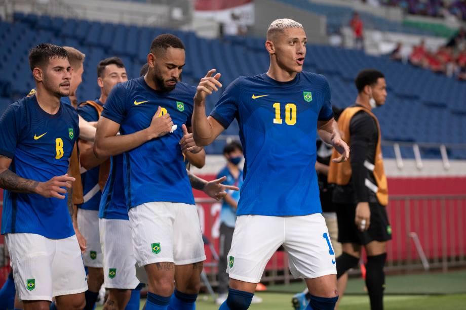 Richarlison comemorando com os colegas de equipe gol na partida contra a Arábia Saudita -