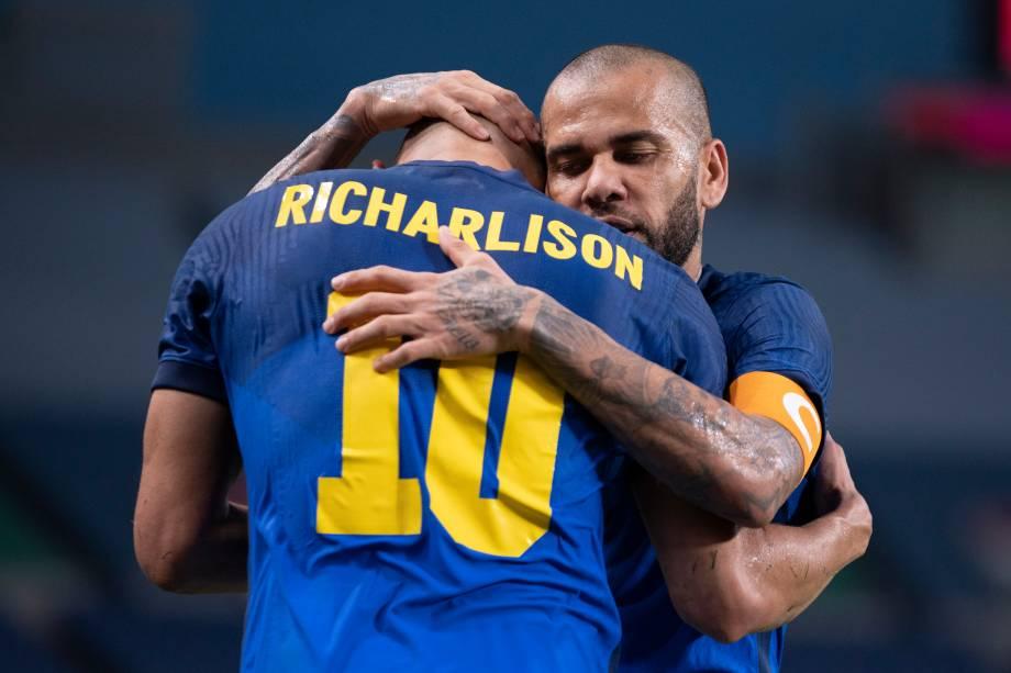 Richarlison e Daniel Alves em comemoração de gol na partida -