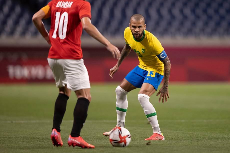 Daniel Alves em ação durante partida contra o Egito -